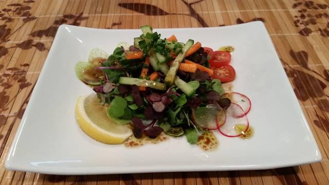 Салат с микрозеленью кейла и редиса